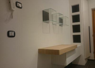 INGRESSO – CUCINA – CAMERA MATRIMONIALE | Realizzazione ingresso in stile moderno con consolle sospesa